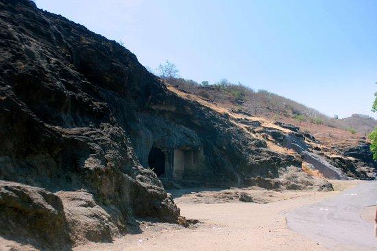Ellora, India: Пещеры Эллоры. Вход в 21 пещеру