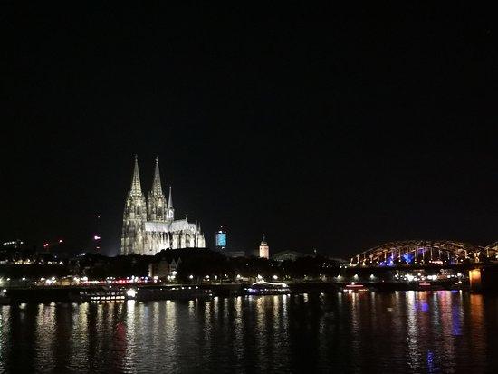 Kölner Dom: bei Nacht