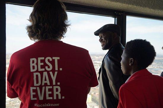 Greater Johannesburg, Sudafrica: Explaining the various sites viewable from the 50th Floor of Carlton Centre