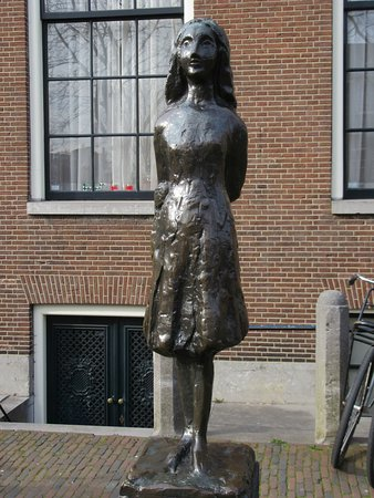 Anne Frank House: Statue of Anne