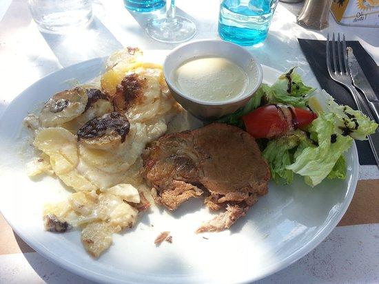 Reillanne, Frankreich: Roast pork with potatoes au gratin. Huge portion!