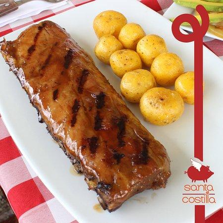 Unas deliciosas costillas de cerdo, junto a unas papas criollas... ¡Cómo para chuparse los dedos