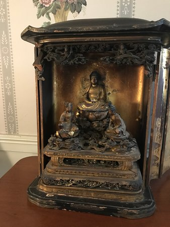Captain Bangs Hallet House Museum: Buddhist shrine in front parlor