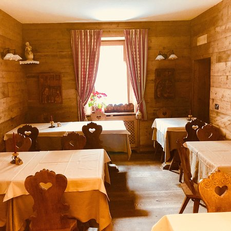 Vione, Italy: Sala principale e salette interne luoghi caldi e accoglienti, per soddisfare al meglio le esigen