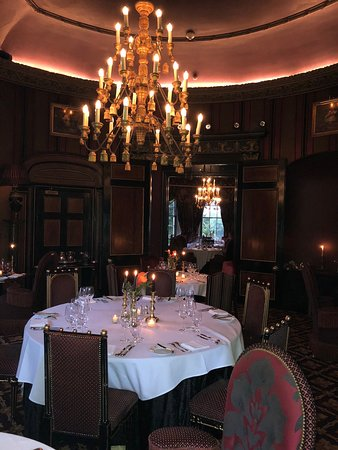 Table setting with chandelier