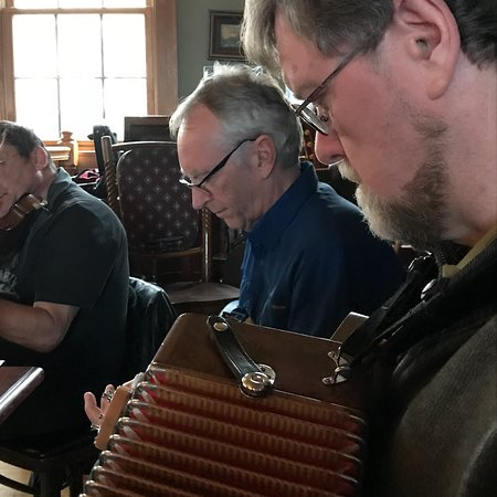 Willow Springs, IL : Live music on sunday afternoons with Murphy Roche Irish Music Club