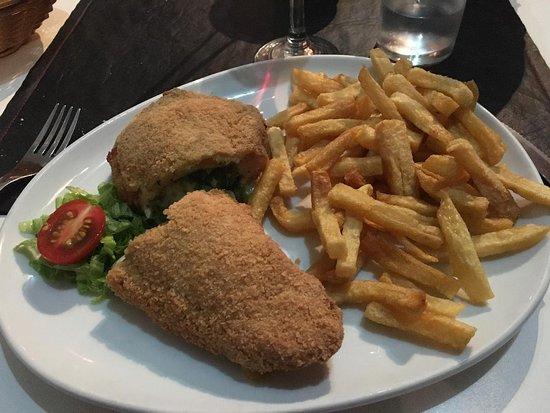 Villaguay, الأرجنتين: Suprema rellena, con papas fritas...