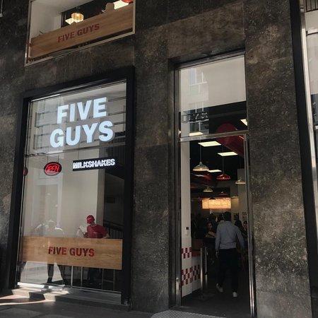 Five guys milano san babila ristorante recensioni for Corso arredatore d interni milano