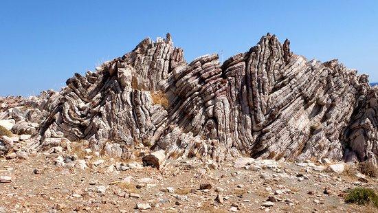 Agios Pavlos, اليونان: слоистые зиг-загообразные скалистые образования