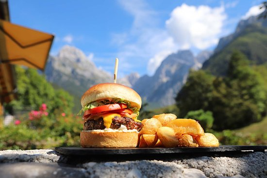 Log pod Mangartom, Словения: Mangrt Burger! - delicious! tasty! juicy! cooked just right!