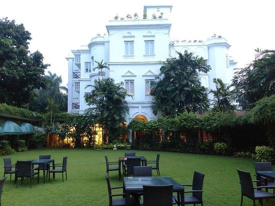 Kenilworth Hotel, Kolkata: Evening shot from the outdoor restaurant patio