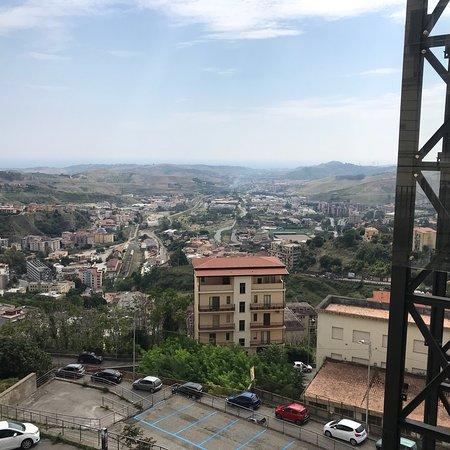 Catanzaro, Italia: Via Enrico de Seta, conosciuta come Bellavista per la splendida vista sulla vallata della Fiumar