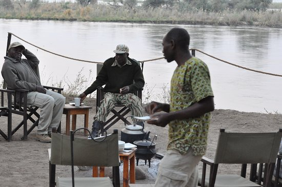Lower Zambezi National Park, Zambia: Breakfast by the camp fire