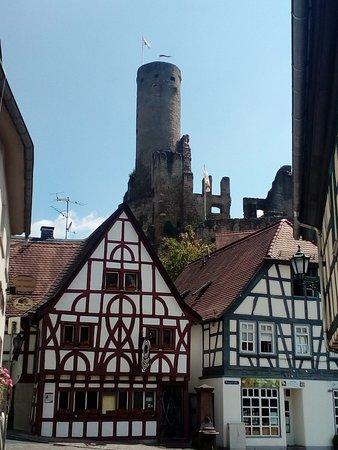 Eppstein, ألمانيا: Der Pflasterschisser mit der Eppsteiner Burg im Hintergrund 