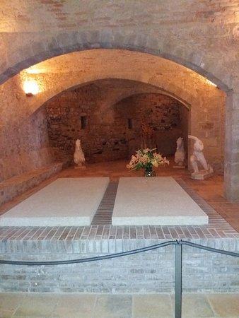 Dali-Gala Castle Museum-House (Castell de Pubol): Могила Галы Дали. Второе место, приготовленное для Салвадора Дали, так и осталось пустым.