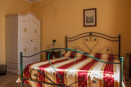 Fagnano Castello, إيطاليا: camera matrimoniale con bagno interno