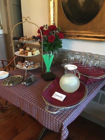 Saint Johnsbury, VT: Afternoon tea cakes and fresh, cold lemonade