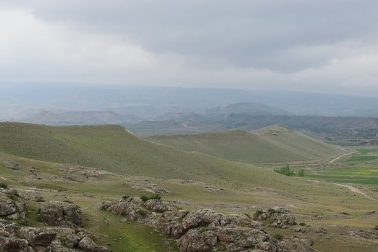 Meshgin Shahr, Иран: The landscape of bare hills underlying the site