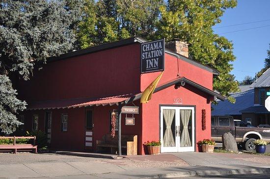 Chama Station Inn: Exterior art