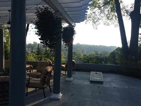 Biltmore Village Inn: Part of the outside firepit area overlooking hill
