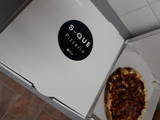 S-Que Restaurant: Glossy branded pizza boxes