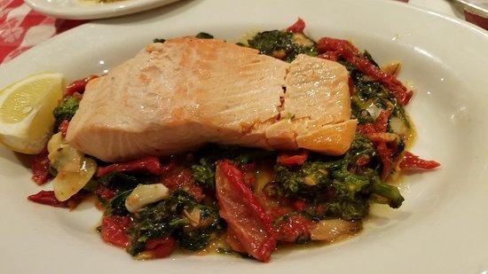 Williston Park, Нью-Йорк: Broiled salmon on broccoli rabe! Delish and well prepared:-)