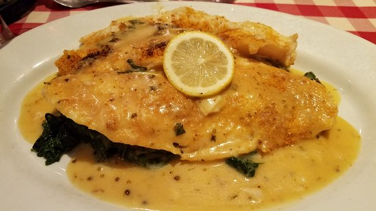 Williston Park, Нью-Йорк: Filet of sole Orreganata on a bed of sauteed spinich! So so good.