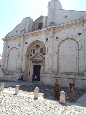 Arco d'Augusto: церковь