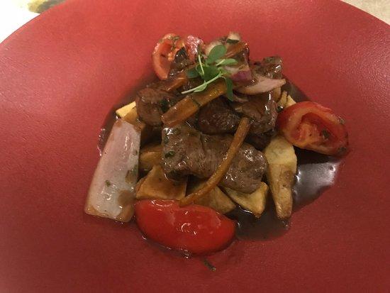 Pachacamac : Lomo Saltado - Bocados de ternera fritos en el wok, ají amarillo, cebolla, tomate y perejil