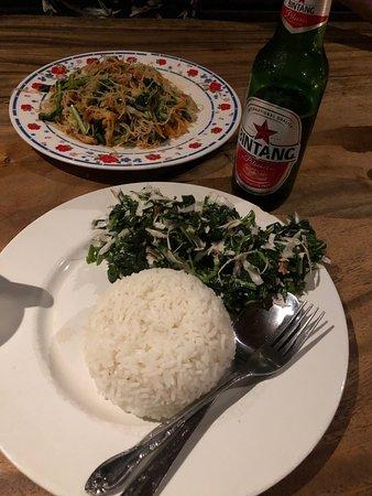 Dewa Warung: Espinacas con coco y arroz blanco