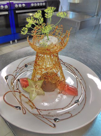 La Table Fermière: Ganache chocolat au mascarpone, confit d'olives noires à la vanille décor sucre filé ....