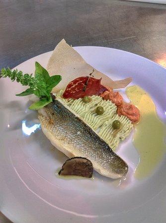 La Table Fermière: Filet de bar poché au beurre d'herbes, mousseline de petits pois, truffes et copa