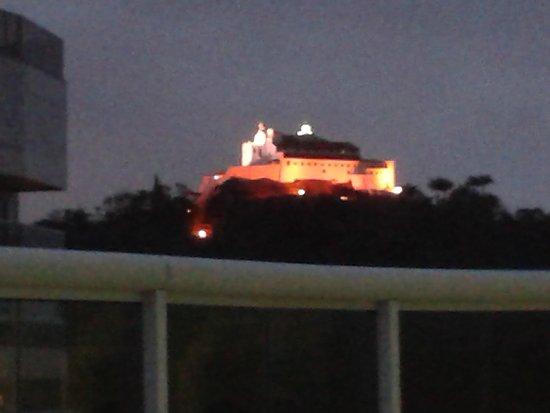 Nossa Senhora da Penha Convent: Convento da Penha iluminado - visto da Praia da Costa