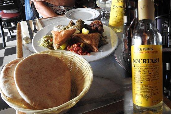 Chez Marianne : Assortiment de spécialités méditerranéennes et Retsina