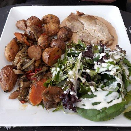Chartres-de-Bretagne, França: Délicieux rôti de porc aux pommes et ses grenailles sauce échalottes