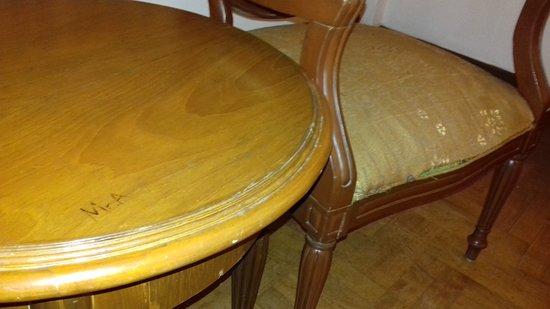 Pondok Brastagi, إندونيسيا: Detalle de la mesa y el cojin del sillon estropeados
