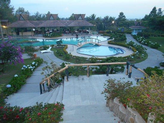 Pondok Brastagi, إندونيسيا: Jardines y piscina