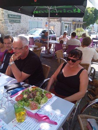 Siran, Frankreich: Salade copieuse, produits frais.