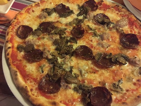 Belvin: PIZZA JELENOVA!!! (pomodoro, mozzarella, salsiccia, salame di cervo, funghi, origano)