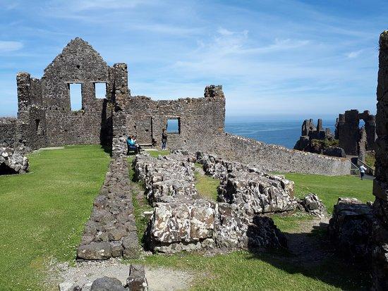 Dunluce Castle: Parte lateral do castelo