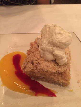 Pirogue Grille: Peach dessert with coulis