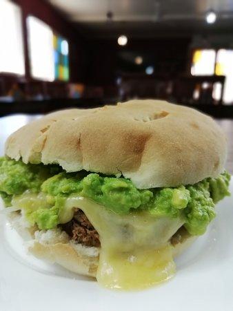 """Quinta de Tilcoco, ชิลี: """"El Guacarhuino"""", sandwich especial de la casa. Con filete de vacuno, queso, cebolla y palta."""