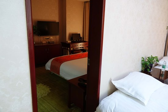 Kuitun, China: Two rooms and three beds to choose from.