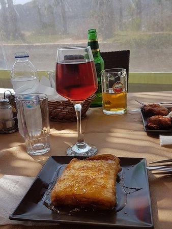 Manganari, اليونان: Fillopasta con formaggio locale miele e sesamo