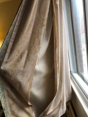 Bickenhill, UK: Ripped curtains