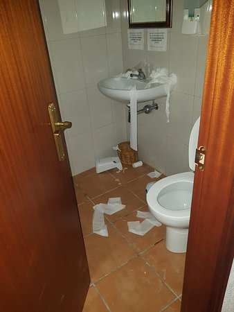 Font-Rubi, Spanien: Managers daughter had an 18th party. The mess was left for two days before being cleaned up