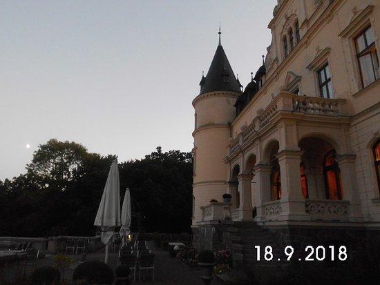 Ralswiek, Germany: Rückwärtiger Gebäudeteil des Schlosses mit Terrasse