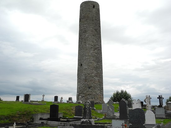 Swinford, Irlandia: View of the Meelick Round Tower from the cemetery