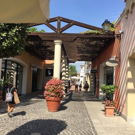 La Reggia Designer Outlet: photo2.jpg