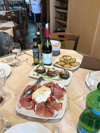 Gli Aragona: Burrata with Parma ham, eggplant, bruschetta and wine